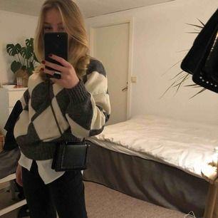 Säljer min axelremsväska från zara då den aldrig kommit till användning. Riktigt cool väska och perfekt storlek om du inte vill bära med dig en större väska - men fortfarande vill en snygg accessoar till din outfit!