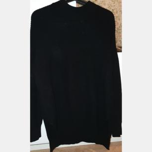 En fin lång stickad tröja köpt på H&M med liten öppning vid sidorna. Använd fåtal. Säljer för 100 kr + frakt. Skriv för flera bilder!
