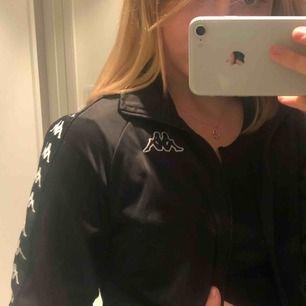 väldigt snygg kappa zip-hoodie (ish trackjacket)! aldrig använd och säljes pga inte min stil! köparen står för frakt 🥰📦