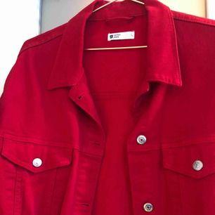 Supersnygg jeansjacka i rött, avklippta nertill. Har använt denna oversize men funkar vilket som. Använd bara ett fåtal gånger och säljer då jag inte får användning för den!   Frakt tillkommer