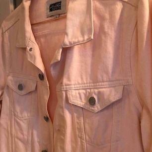 Säljer denna fina jeansjacka från Weekday då den inte kommer till användning längre. Det är vanlig passform på den, slutar ungefär vid byxornas kant och är i ljus puderrosa.   Frakt tillkommer