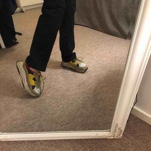 Coola chunky sneakers från K Cobler i rött, gult, beiget o svart! Sköna och framförallt coola då dem har hög sula o utstickande färger!