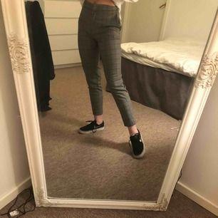 Rutiga raka kostymbyxor i storlek 32, har sytt in i midjan och skulle därför vilja säga att dem är aningen små. Är 157cm lång och dem passar mig perfekt i benen:)