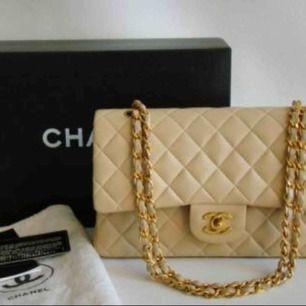 Säljer en Chanel i beige/guld, nyskick. Ej helt äkta men i äkta skinn. Inköpt för 5600kr!