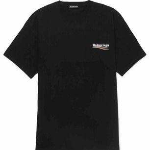 Svart balenciaga T-shirt, inköpt för 2100kr. Storlek M, passar alla ifrån XS-M beroende på hur man vill att den sitter!