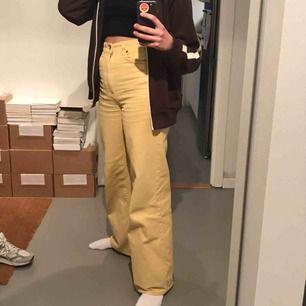 """Mina älskade gula vida jeans, säljer endast pga att de är för små🥺 har lite blåa """"märken på ena fickstölden fram, nypris 500kr!🥰"""