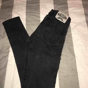 Vanliga svarta tajta jeans i strl 23/30. Använda endast 1 gång!
