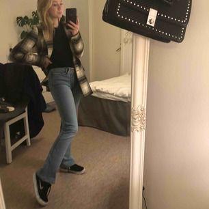 Ascoola bootccut jeans som e köpta secondhand på humana i Lund. Coolt mönster på fickorna och klippa i midjan 💕🍬