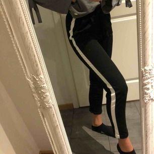 Snygga och suuuuper sköna svarta byxor med vit revär!! Dom är i storlek s men passar även xs. Passar året om⚡️⚡️ 100 kr inkl frakt