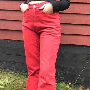 Röda, utsvängda jeans från HM. Köpta här på Plick men säljer pga använder inte.
