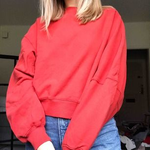 """Asymmetrisk sweatshirt från weekday i superfin lite """"smutsröd"""" färg. Väldigt oversized så passar troligen xs-m."""