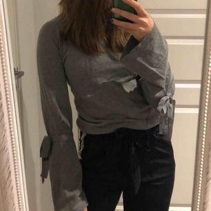 Grå snygg tröja med knyte på ärmarna⚡️ skön och trendig🥰