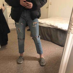 Slitna jeans från bikbok i boyfriend modell😛💕