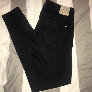 Vanliga svarta jeans med normal midja. Använd endast ett fåtal gånger