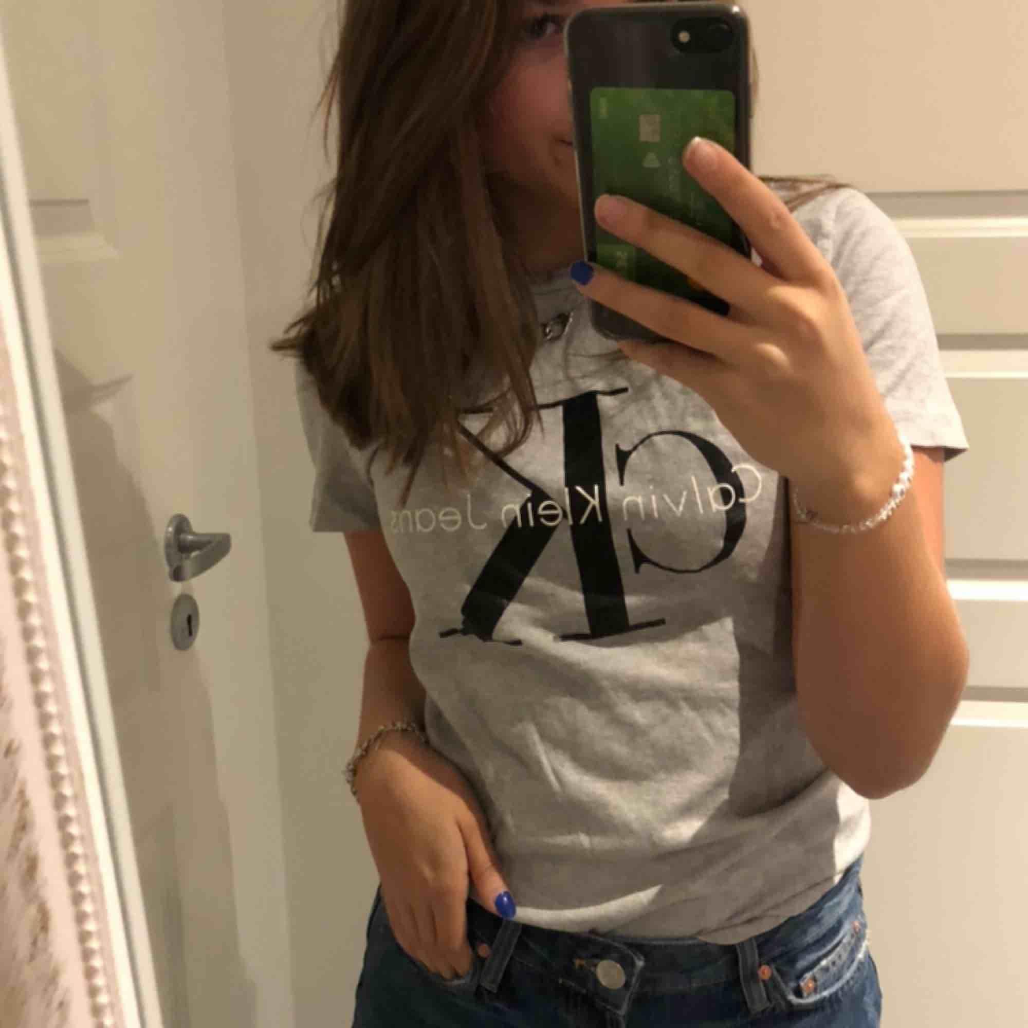 Populär Calvin Klein t-shirt (såklart äkta) köpt för ca 500 kr! Passar till det mesta🥰. T-shirts.