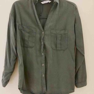 Grön skjorta från Zara. Knappt använd så i fint skick ✨
