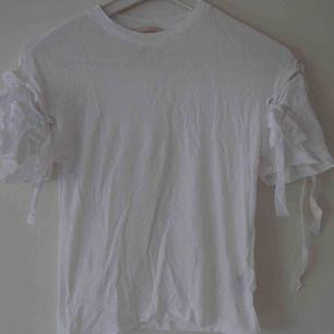 Vit t-shirt med remmar på armarna. Jättefräck detalj ✨