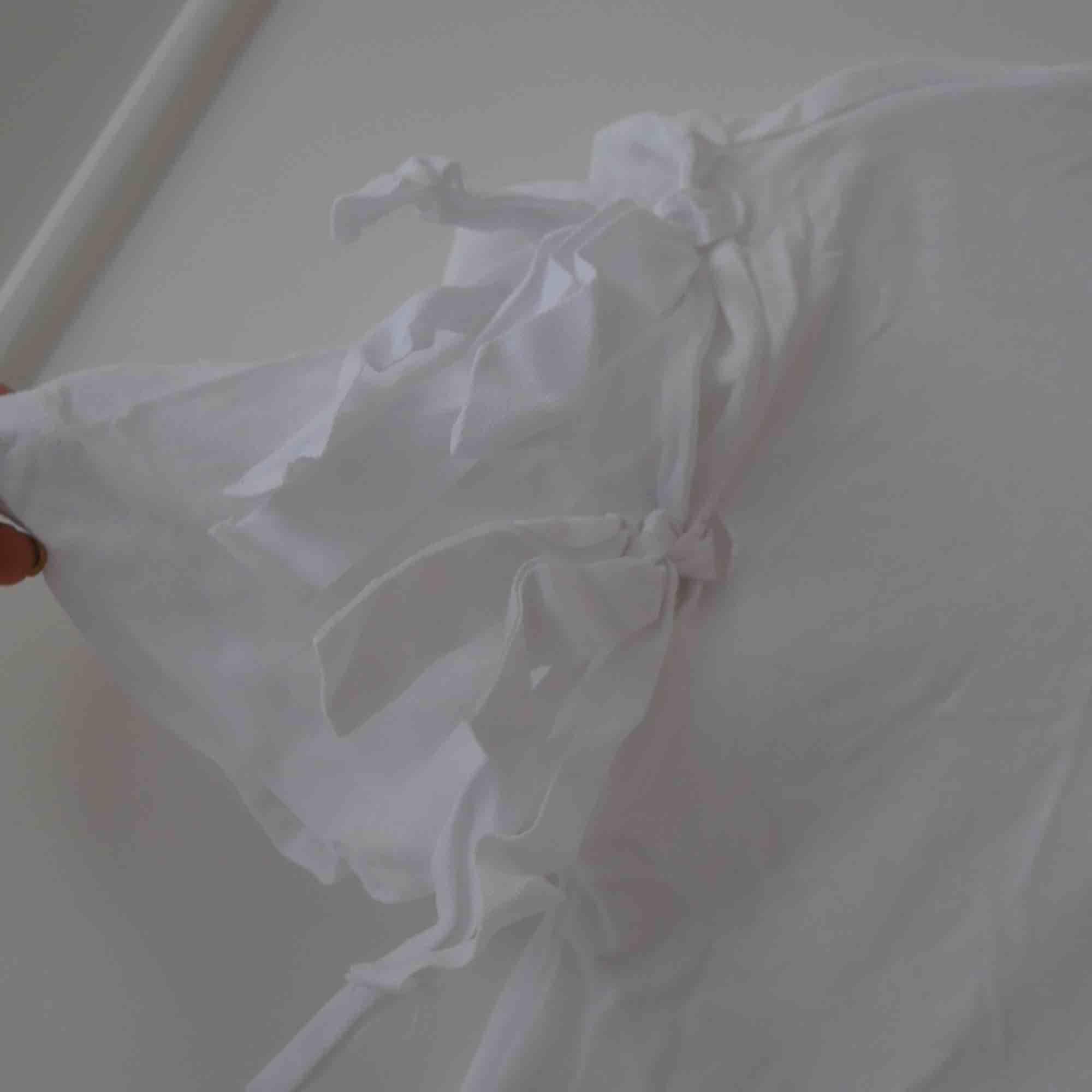 Vit t-shirt med remmar på armarna. Jättefräck detalj ✨ . T-shirts.