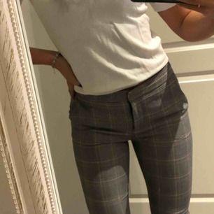 Riktig snygga och trendiga byxor från zara! Något små i storleken, säljer pga att jag har två likadana🖤 inkl frakt 100 kr
