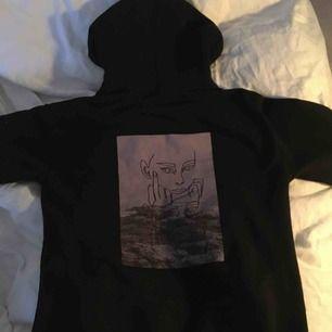 Säljer min dkdesign hoodie, med ett snyggt tryck på baksidan💕 Använt några gånger, någorlunda noppig men det är inget som syns:)