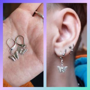 Suuuupersöta minifjärilar, gör nya par för varje beställning så de är oanvända! Örhängedelen som går genom örat är nickelfri😌👍 själva fjärilen mäter cirka 1 cm och är gjord i tunn, lätt och ljus metall. Går att ta med dessa i tre för 100 erbjudandet!