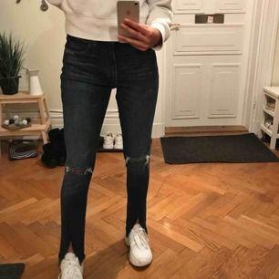 Mörka snygga jeans, skulle säga att de är lite små i strl och passar en 28/29 bäst. Jag är normalt 27 i jeans och de funkar även på mig, så de är beroende på hur man vill att de ska sitta