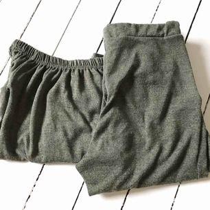 Mjukisset i mjukt material o jättefin skogsgrön färg med off shoulder top och matchande relativt tighta byxor. Passar mig som är en xs/s i tröjor och s/m i byxor.