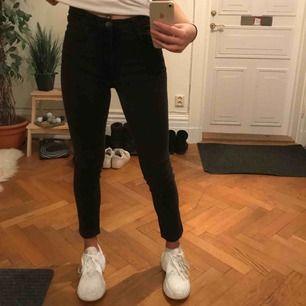 Svarta snygg jeans, säljes då jag har många liknande och dessa kommer tyvärr inte användning längre...