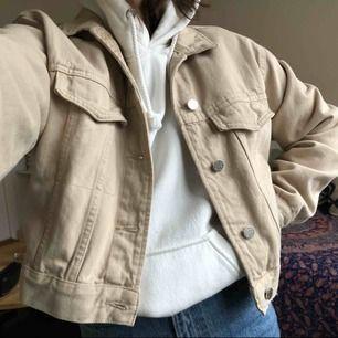 Superfin jeansjacka från Gina tricot, säljer då den inte kommit till användning, i perfekt skick💞