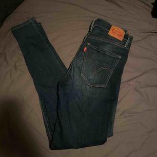 Levis jeans, använda 1-2 gånger. Köparen står för frakten.
