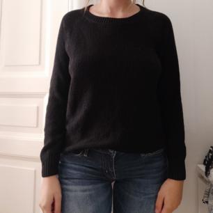 Svart plain.. tröja från H&M. Skön att bara kunna slänga på sig men har inte kommit till användning för mig.