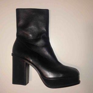 Höga boots med 10 cm klack samt högt skaft (cirka 10 cm) - Ej andvänd med prislapp kvar, originellt från Zara. Äkta läder. Möts upp i centrala Stockholm alternativt skickar mot frakt.