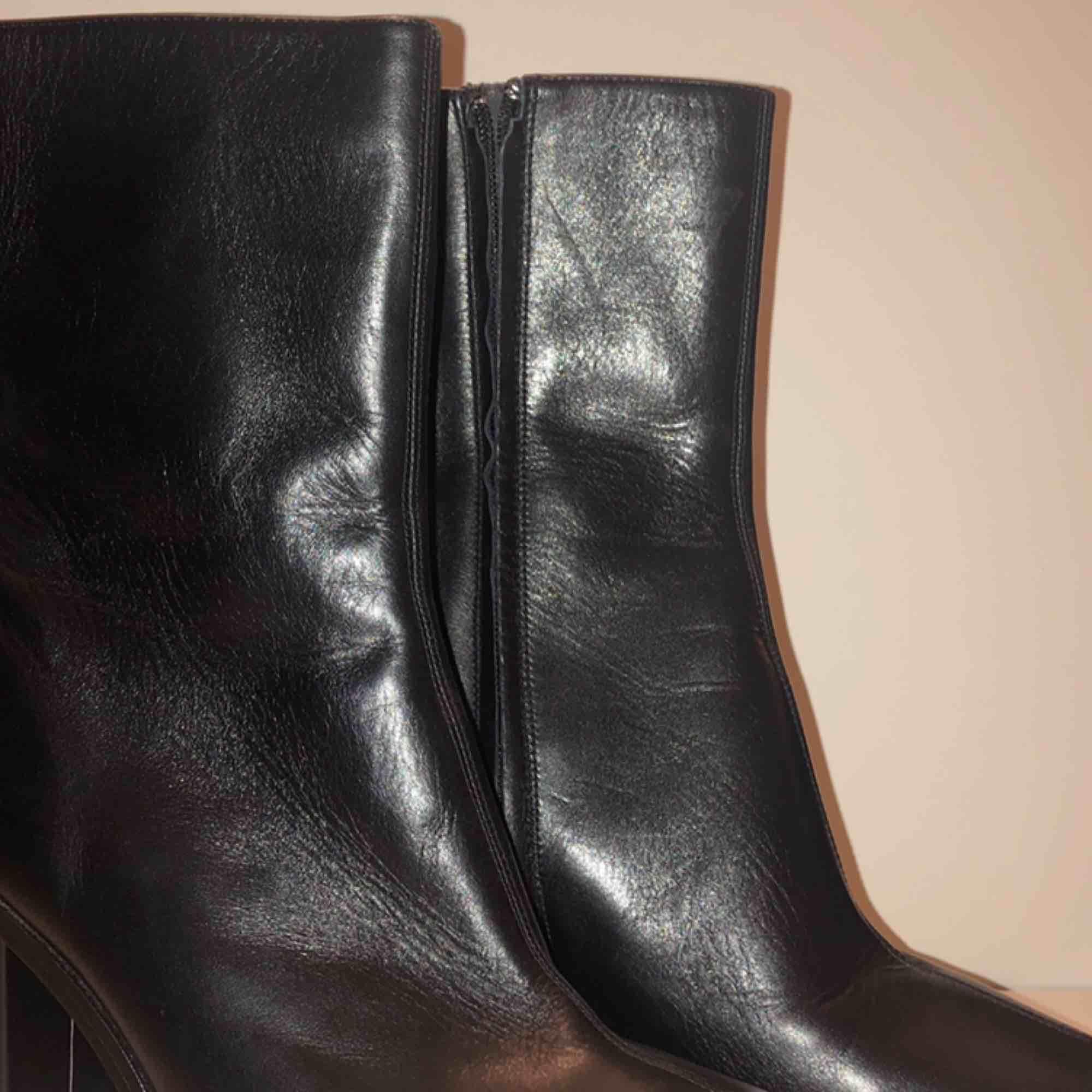 Höga boots med 10 cm klack samt högt skaft (cirka 10 cm) - Ej andvänd med prislapp kvar, originellt från Zara. Äkta läder. Möts upp i centrala Stockholm alternativt skickar mot frakt. . Skor.