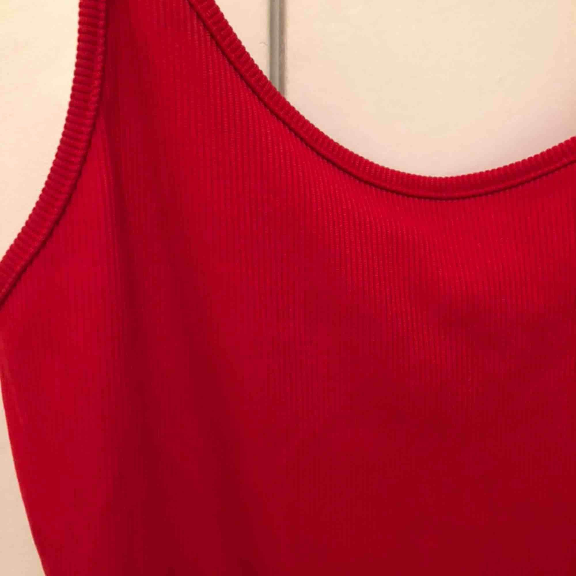 Ribbad röd body från Forever21🌹 Använd ett fåtal gånger och är i bra skick✨. Toppar.