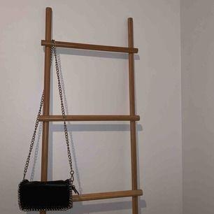 En svart liten väska som är köpt från Scorett. I jätte bra skick. Kan mötas upp i Falun eller skickas mot frakt 🥰🤩