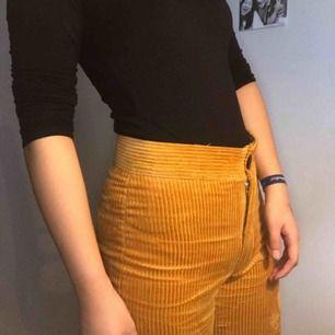 Senapsfärgade manchester byxor i storlek XS originalköpt från Zara Woman, bomullsmaterial.  Fraktar inte utan jag ses i Stockholm, betalning via Swish <3