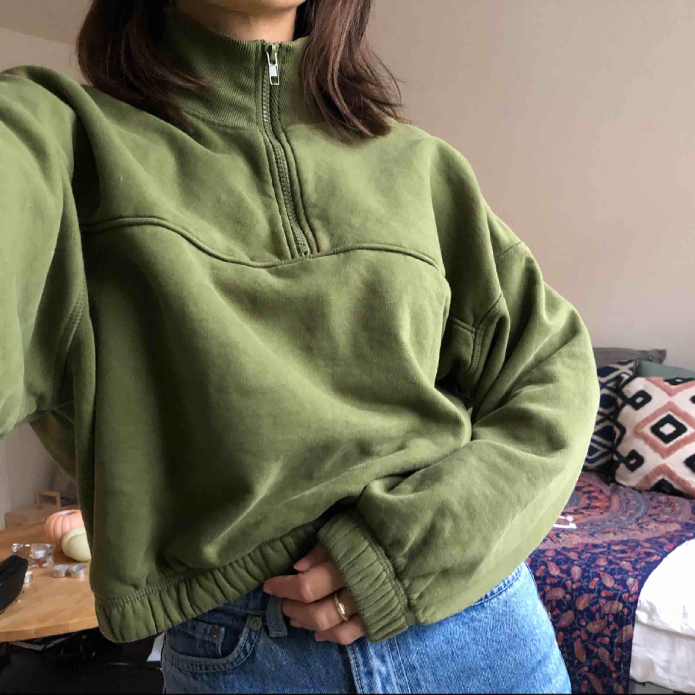 Snygg croppad sweater från weekday, säljer den då den inte kommer till användning längre🌸. Huvtröjor & Träningströjor.