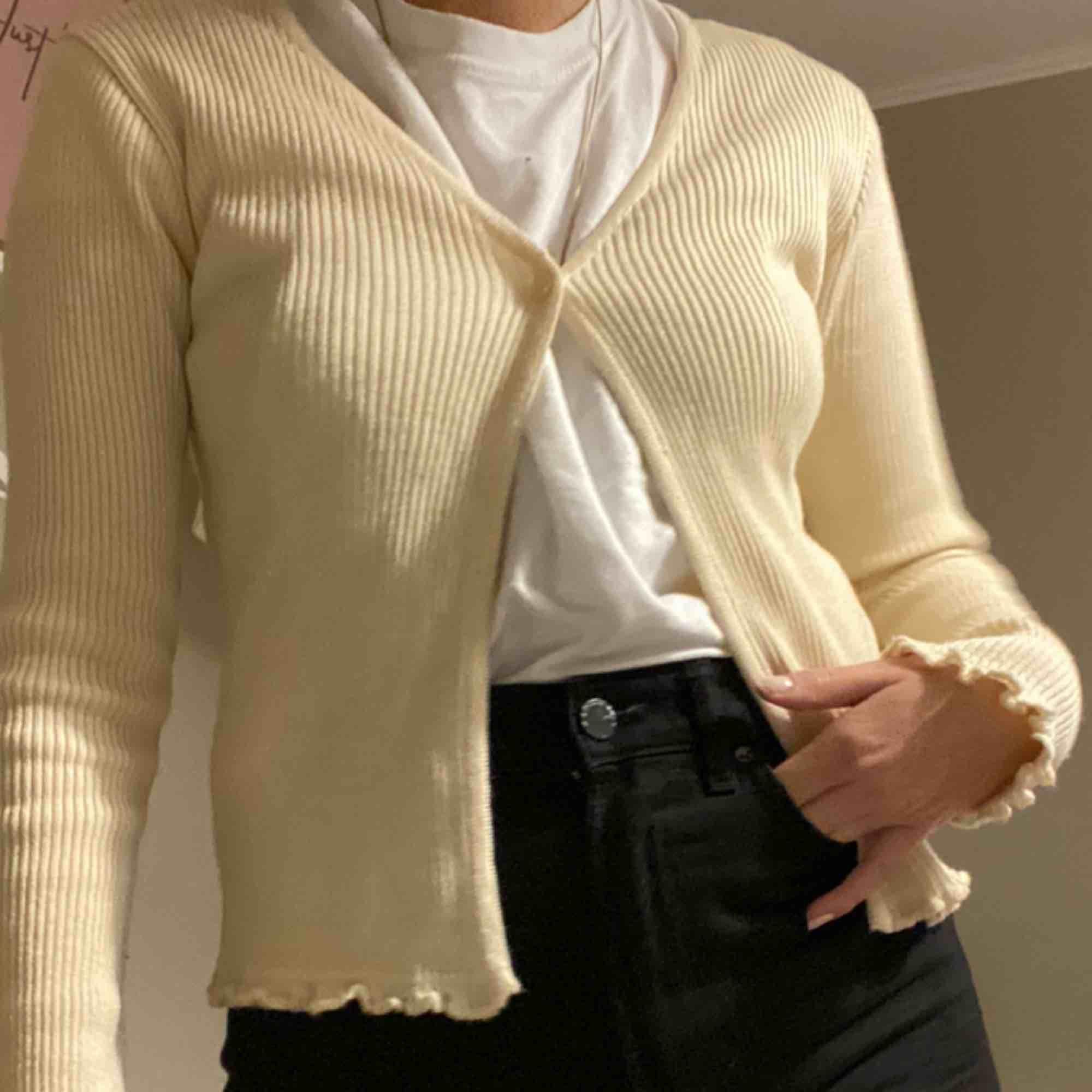 Supersöt kofta från humana!!!! Skulle mer säga att det är en storlek S  :) frakt kan tillkomma. Tröjor & Koftor.