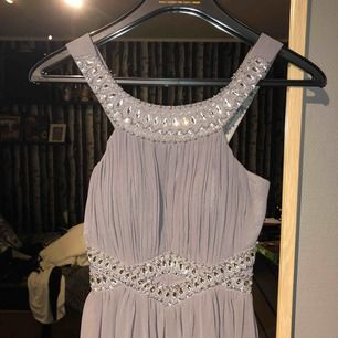 Säljer eventuellt min balklänning om jag får rimliga bud, pris kan diskuteras så hör av er vid intresse!