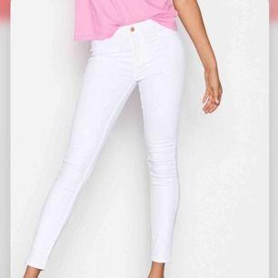 Nästan helt oanvända vita Molly-jeans från Gina Tricot. Säljer då de är något försmå för mig😓 köparen står för frakt
