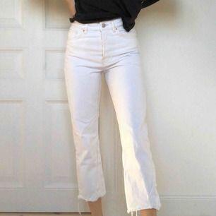 Vita mom-jeans från Zara!🌸 Knappt använda och sitter superbra! buda gärna