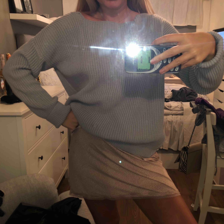 Snygg skickad tröja med öppen rygg från boohoo, lite sönder på axeln men det var typ snyggt. . Huvtröjor & Träningströjor.