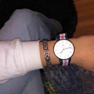 Äkta dw klocka, funkar men behövs byta batteri. Rem och ur är i bra skick. Går att köpa bara uret eller bara remmen också!