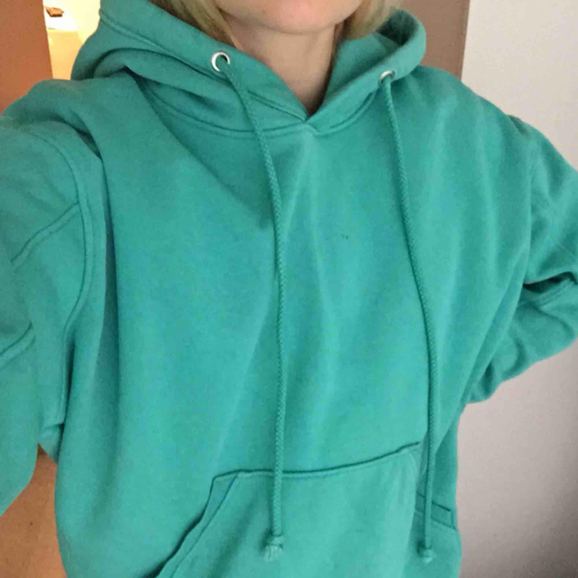 Nice hoodie! precis så man vill att en hoodie ska va, mjuk på insidan o lagom tjock. Säljer pga får int så mycket användning för den längre, fortfarande i bra skick, dock en pytteliten fläck (bild 2) som man knappt ser! storlek XS men oversized passar M.. Huvtröjor & Träningströjor.