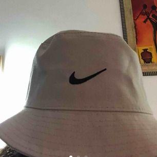 Nike buckethat, säljs på grund av kommer aldrig till användning, köpt här på plikt och aldrig använt av varken mig eller tidigare säljaren, kan frakta o mötas upp