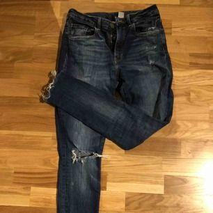 Jeans från H&M med high waist modell. Köparen står för frakten.