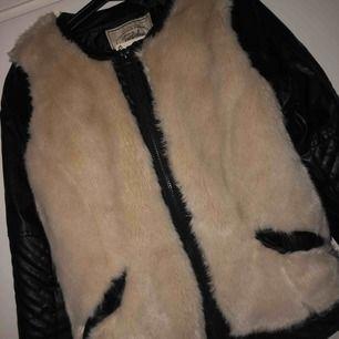 Säljer en oanvänd jacka från zara. Nypris: 500kr