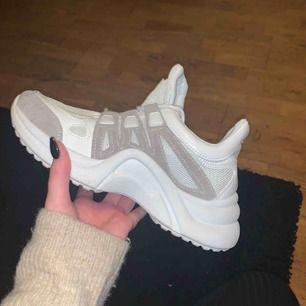 Nya sneakers, knappt använda. i nyskick. frakt tillkommee