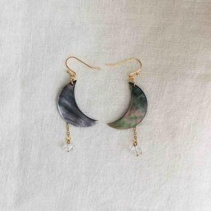 Egendesignade örhängen med månar av snäckskal🐚 nickelfria •frakt 9kr •insta: dorisclaydesign
