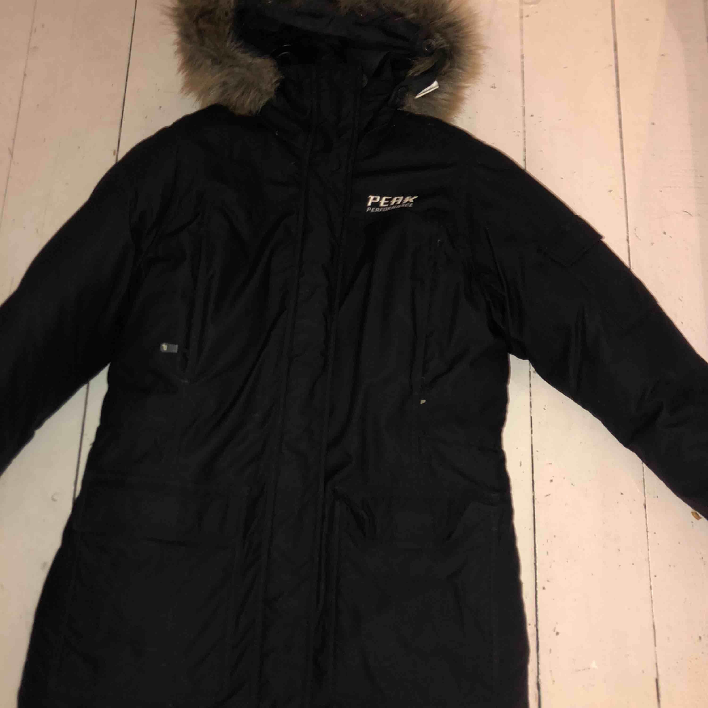 Säljer en svart peak jacka med päls på luvan. Strl M Nypris: ca 5000kr. Jackor.